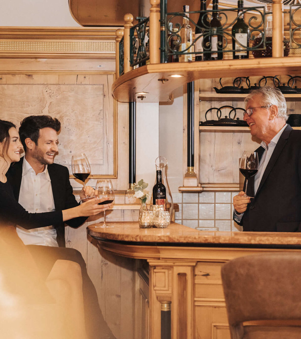 Gäste und Jakob Schneider an der Bar