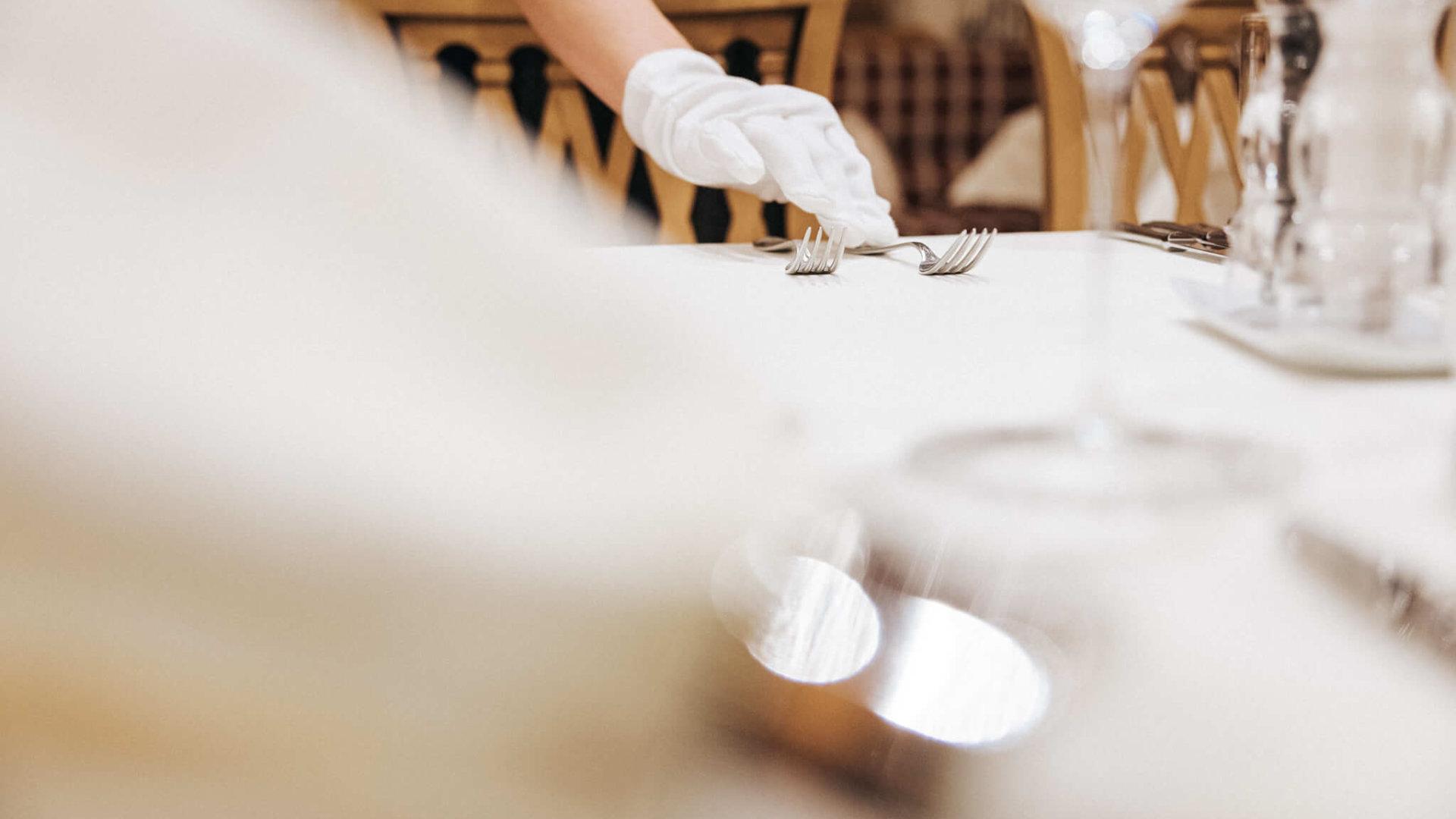 Tisch wird gedeckt im Hotel Schneider