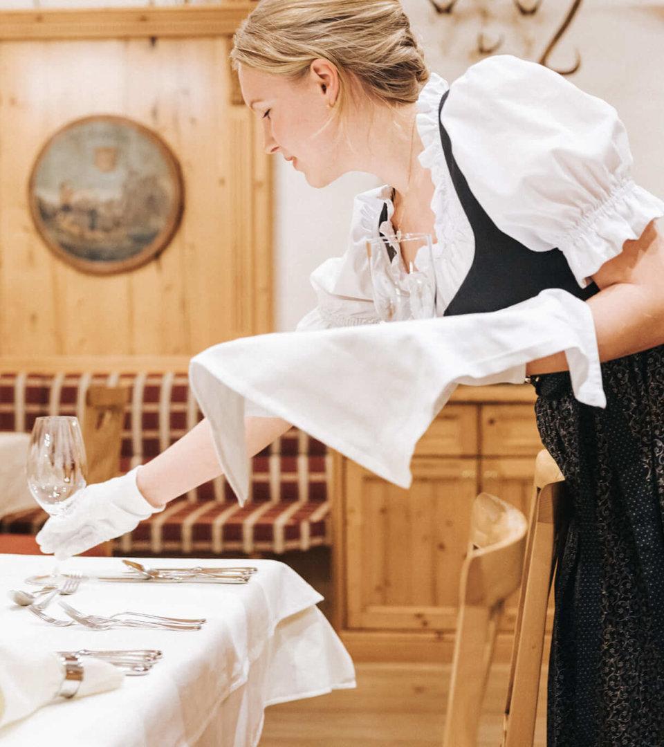 Hotel Schneider Obertauern Tisch wird gedeckt Praktikum